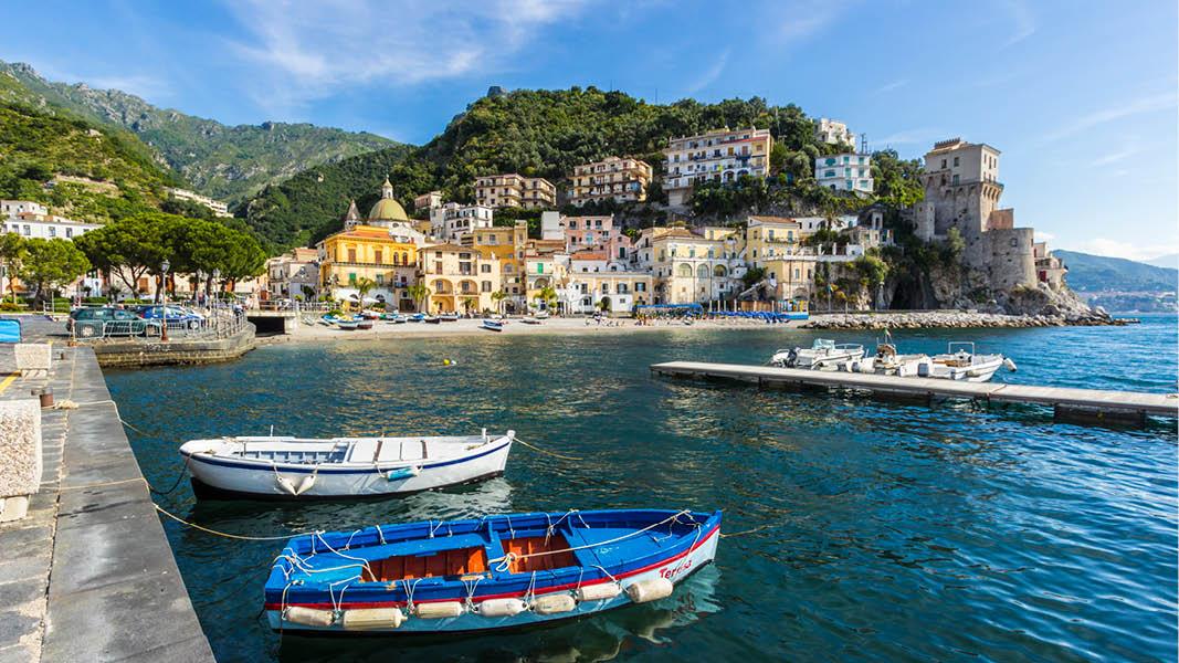Sorrento stad med dess strand, hamn och pittoreska hus