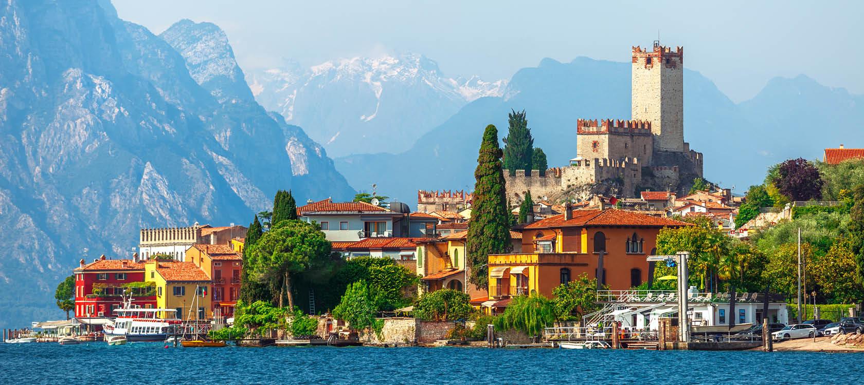 italienskt landskap med berg och byar i garda