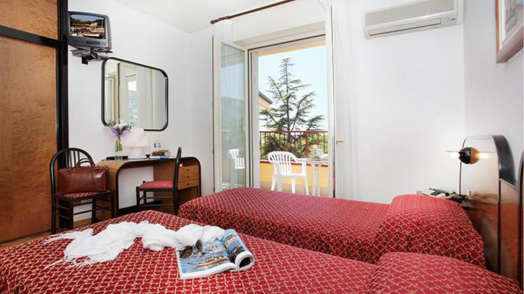 Dubbelrum med balkong på det familjeägda hotellet Imperial Garda i Garda, Italien.