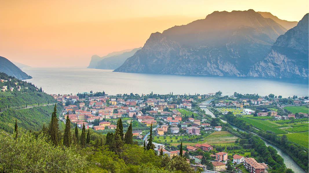 Utsikt över Gardasjön och en italiensk by