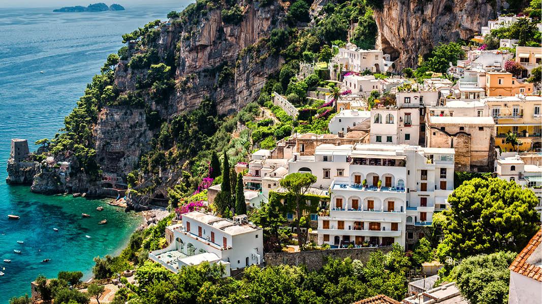 Hus med havsutsikt på klipporna längs Amalfikusten