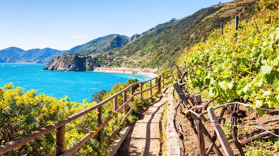 Vandringsled längs med havet vid Amalfikusten i Italien