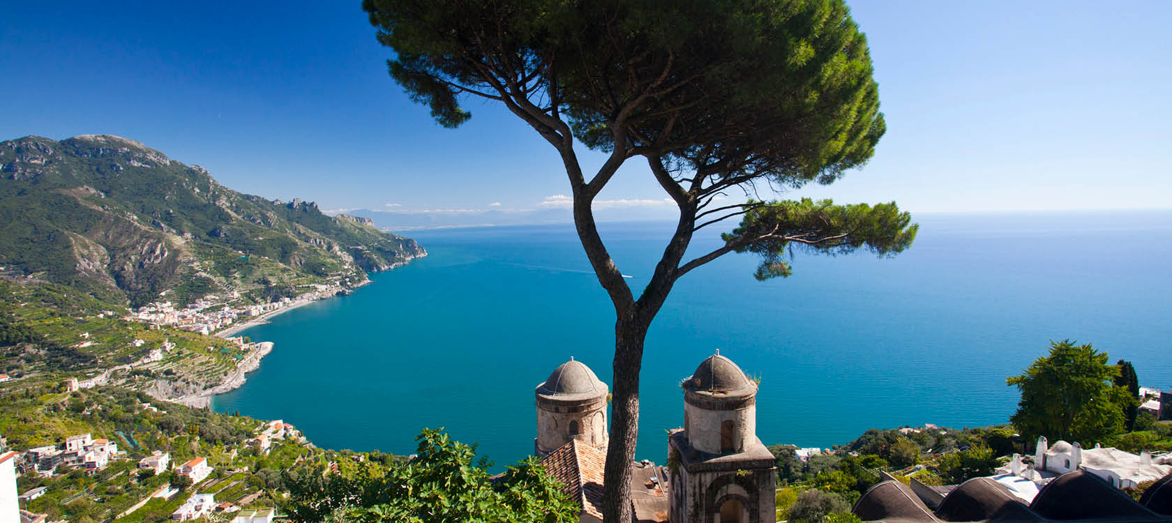 träd i amalfi med bergen och havet i bakgrunden på en långtidssemester