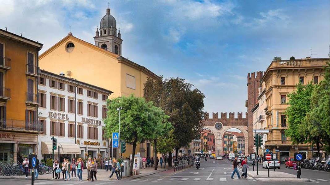Stadsmiljöer med turister utanför det centralt belägna hotellet Mastino i Verona.