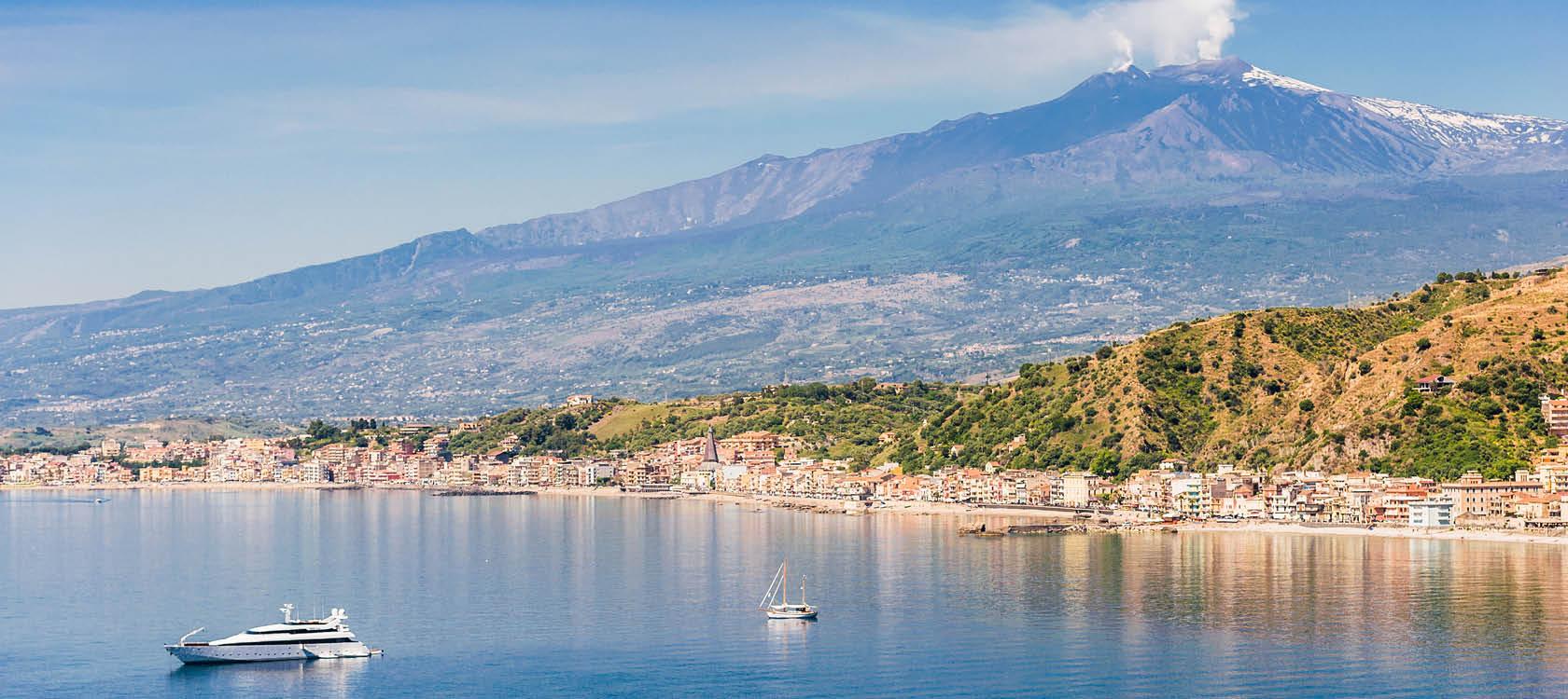 berglandskap och kuststäder på den italienska ön sicilien