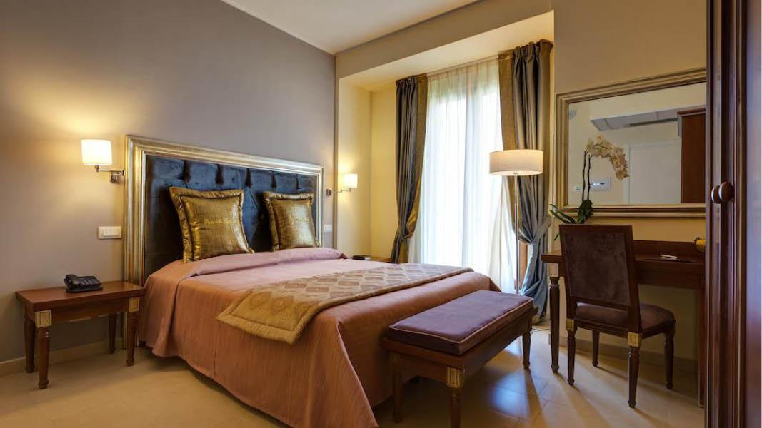 Elegant och stilfullt dubbelrum på det 4-stjärniga Hotel Parco delle Fontane i Syrakusa, Sicilien.