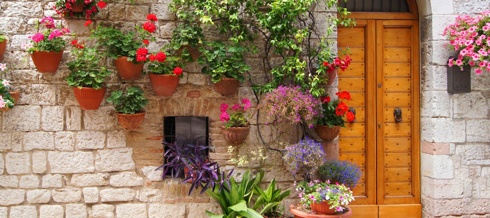 blomkrukor och en vacker stenvägg i umbrien