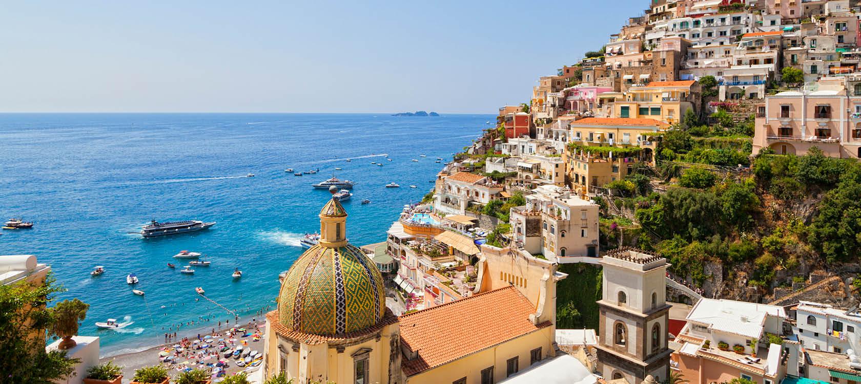 husfasaderna i amalfi stad som klättrar upför bergen