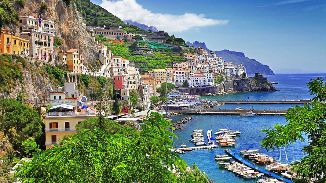 Person som är på semester och njuter av utsikten längs Amalfikusten, Italien.