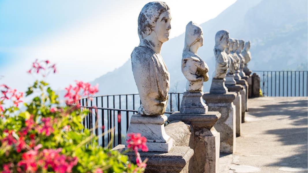 Skuplturer på Villa Cimbrone i bergsbyn Ravello
