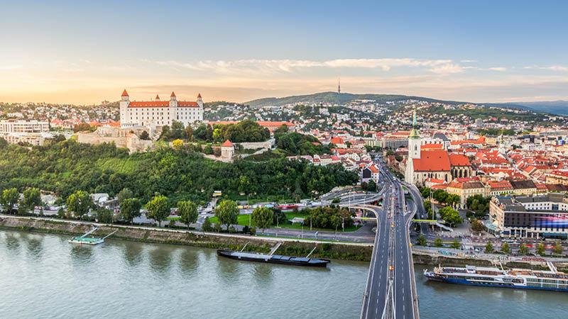 Bratislava stad från ovan vid floden Donau på en kryssning.