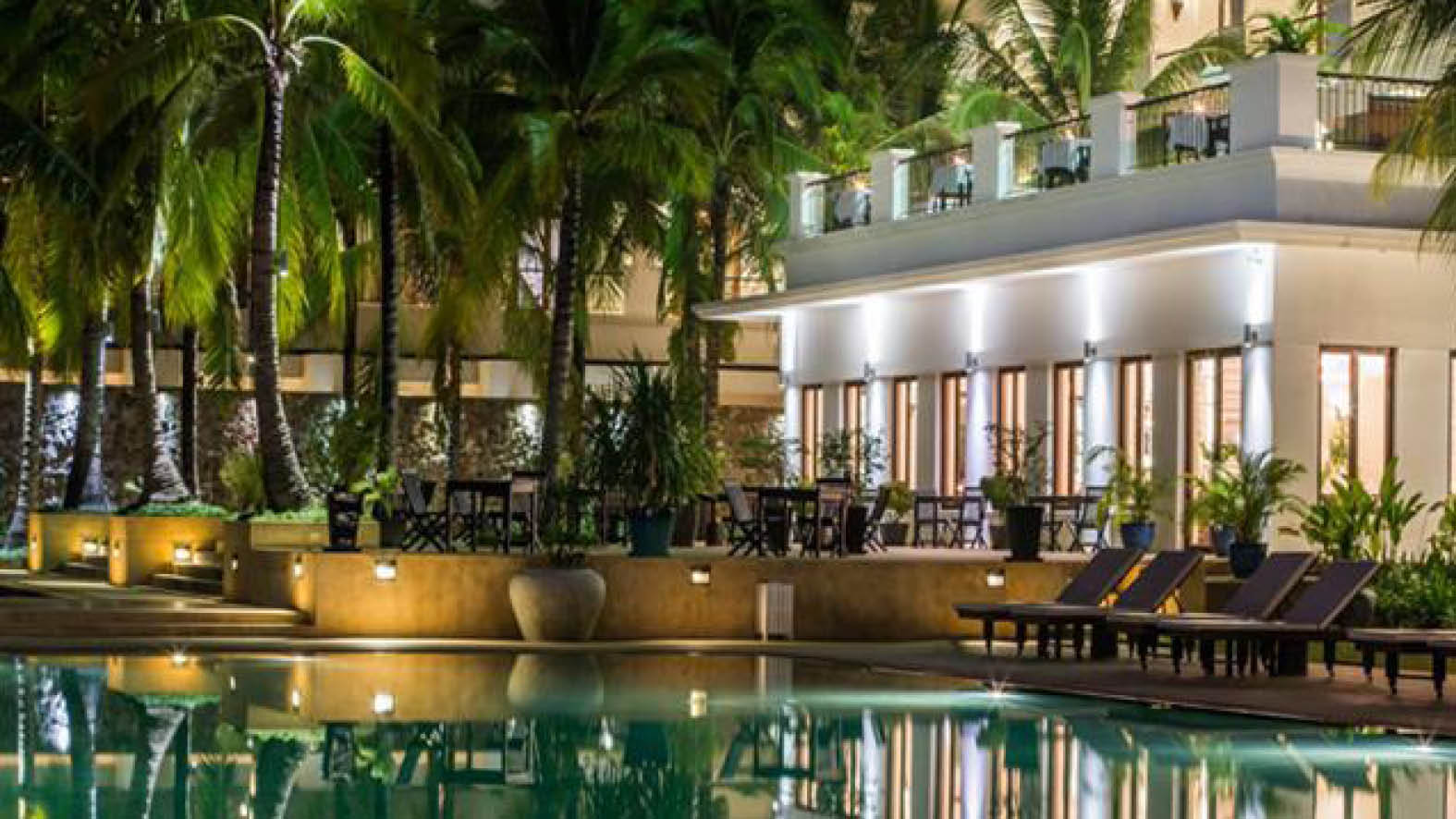 Poolområdet med den mysiga terrassen på Lotus Blanc Resort i Siem Reap.
