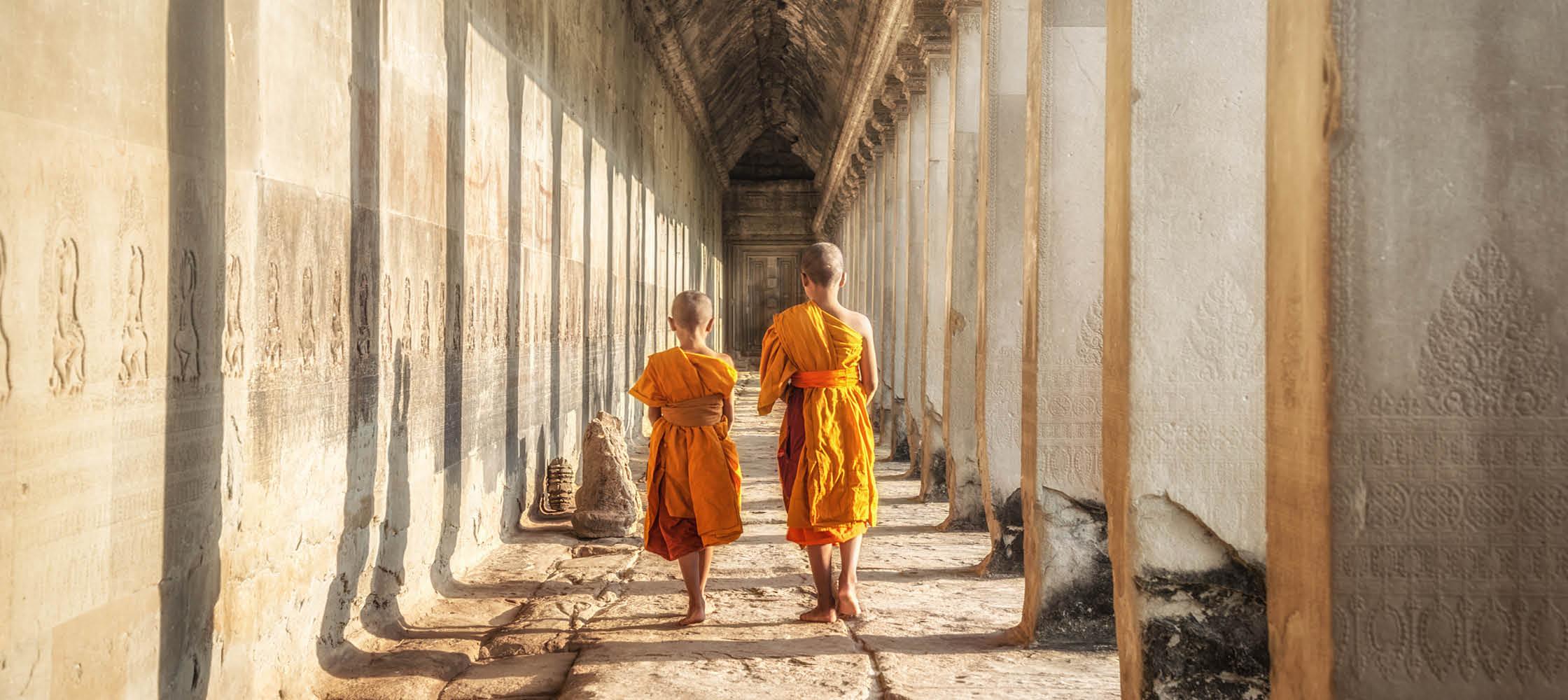 Barn i ett buddistiskt tempel på en resa till Asien.