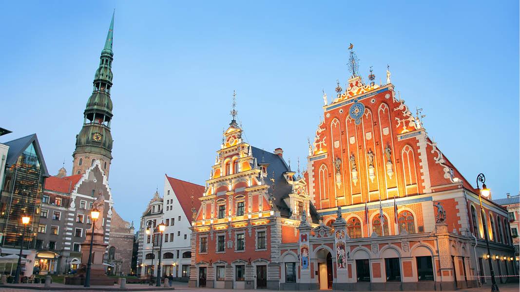 På resa och julmarknad till Riga i snöskrud med julstämning.