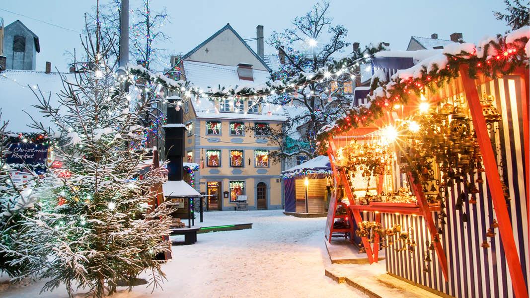 Vy över vackert torg med katedraler. På julmarknadsresa till Riga