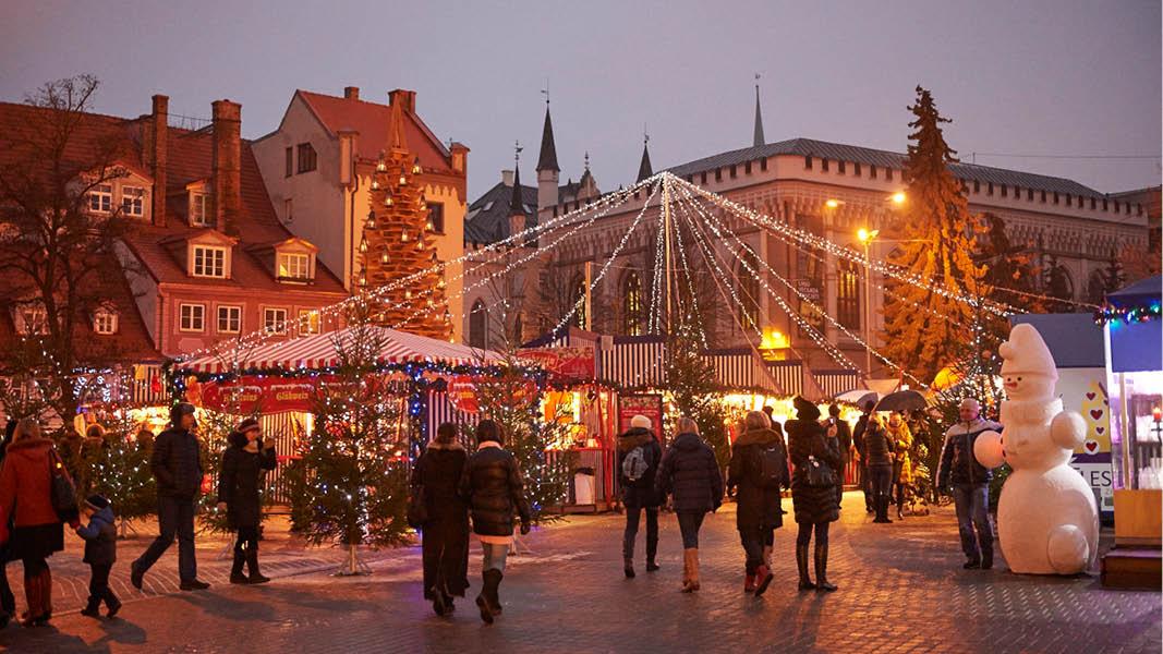 Julmarknad i Riga. Ett torg med fina julprydnader.