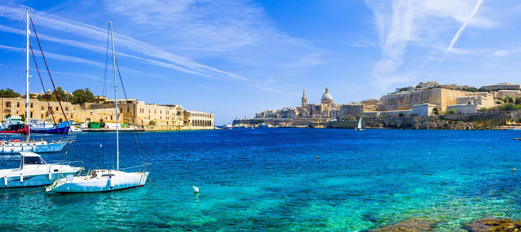 blått hav och mysiga städer på ön malta