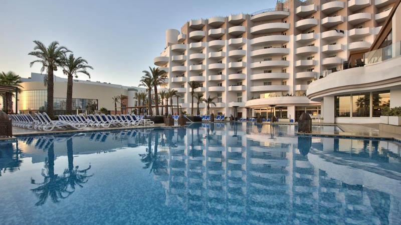 Det fyrstjärniga hotellet San Antonio Hotel & Spas utomhuspool på Malta.