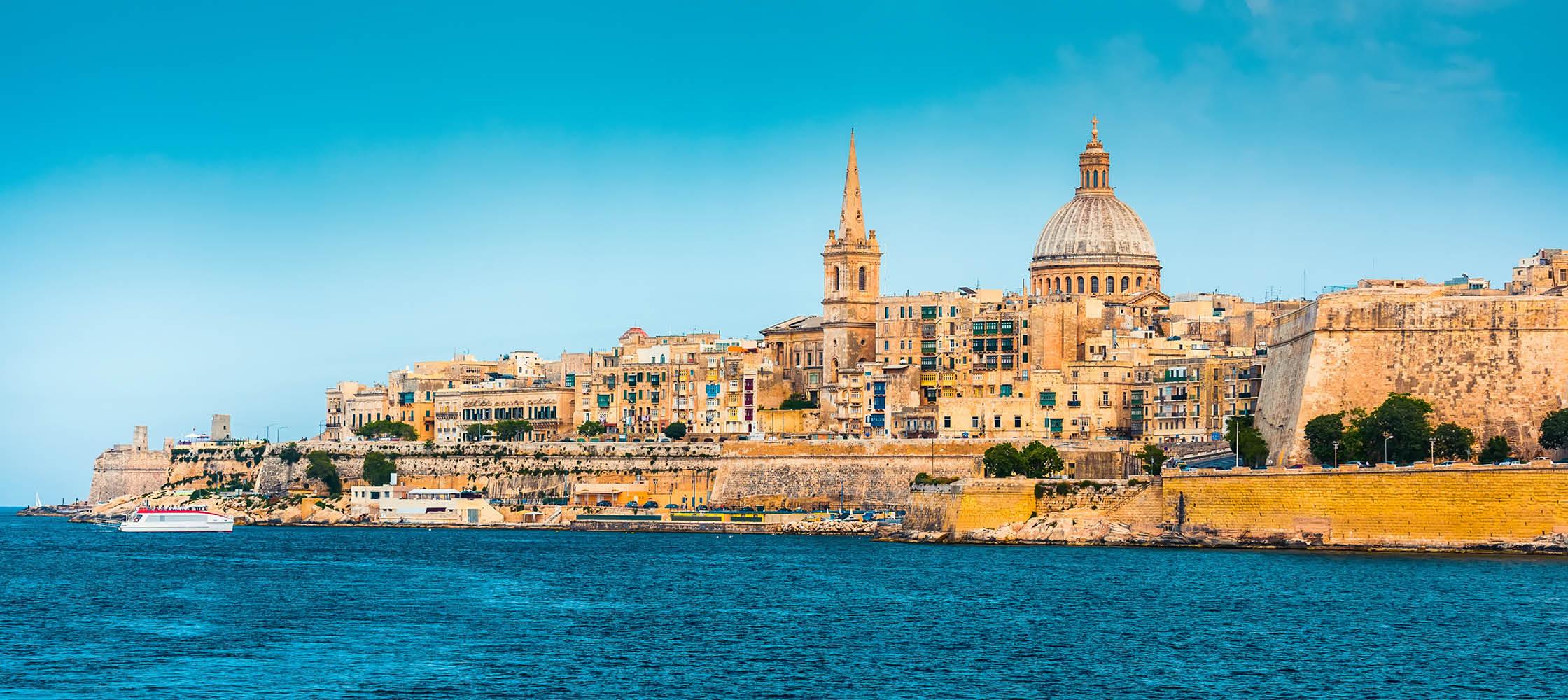 Maltas huvudstad Valletta sett från havet.
