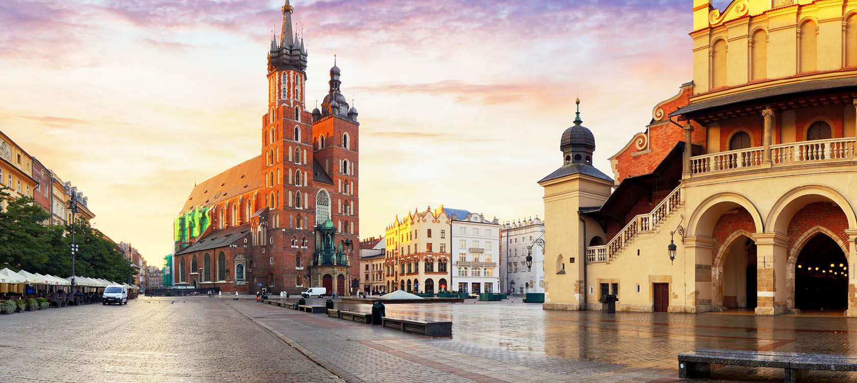 St. Mary-basilikan och det stora torget i Krakow