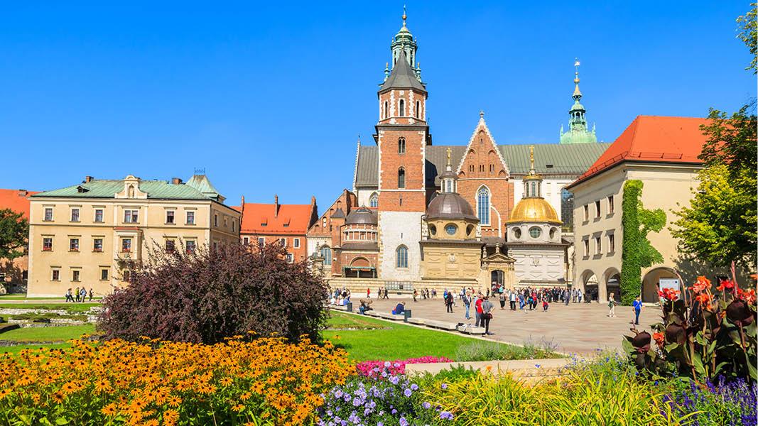 vår i krakow med blommor och wawelslottet