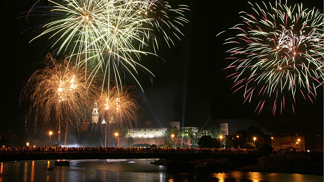 skåla in nyår under fyrverkerier i krakow