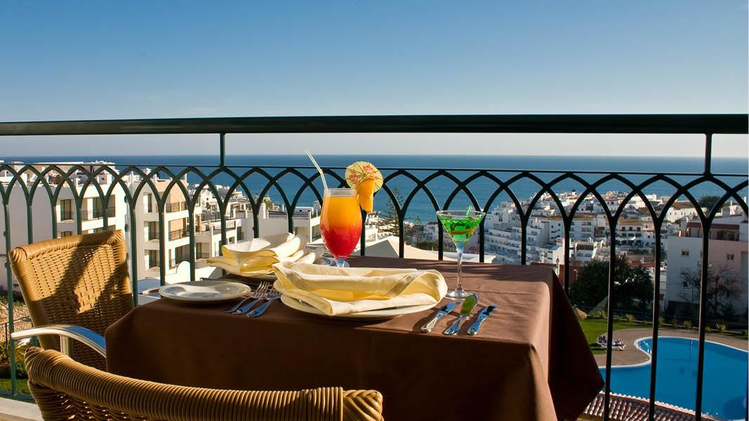 Frukost i solen på balkongen på det 4-stjärniga lägenhetshotellet Cerro Mar Atlantico Apartments på Algarvekusten.