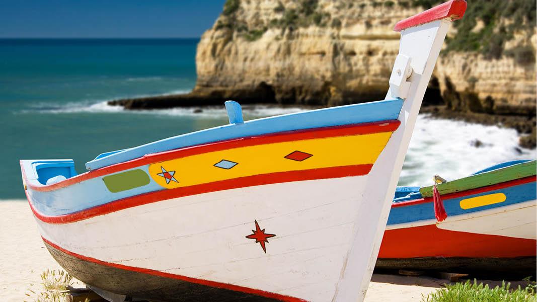 färgglada fiskebåtar på stranden på algarvekusten i portugal