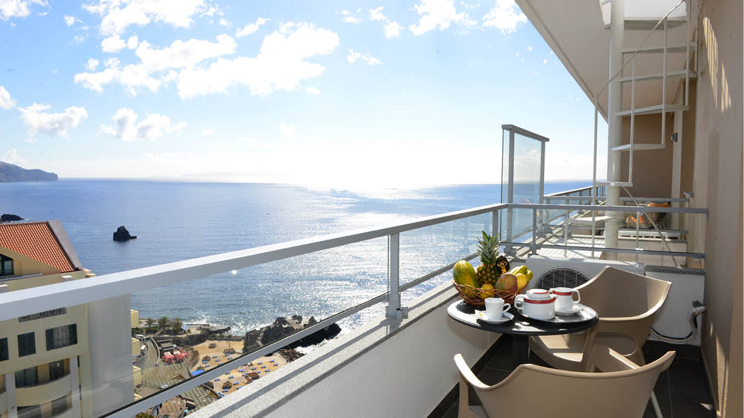 frukost ute på balkongen med havsutsikt på långtidssemester på madeira