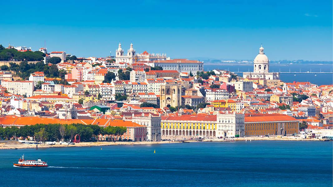 färgstarka huvudstaden lissabon vid vattnet på resa till portugal