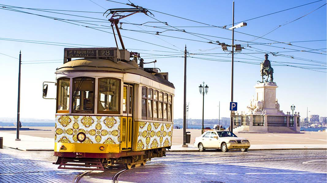 gula traditionella spårvagnar längs gatorna i centrala lissabon