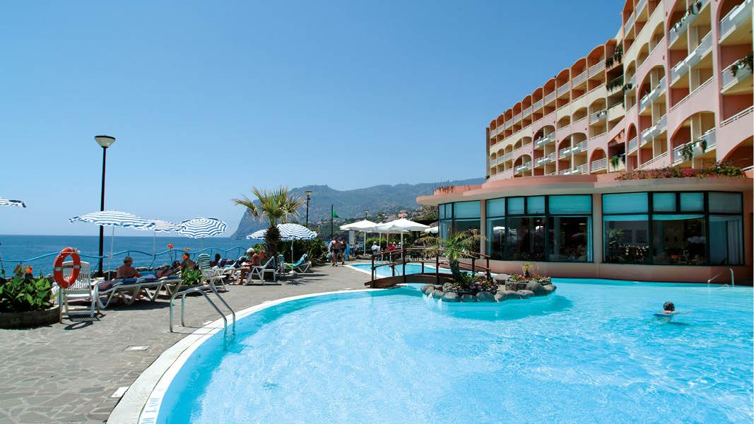 Badgäster i poolen tillhörande det 4-stjärniga hotellet Pestana Bay på Madeiras kust.