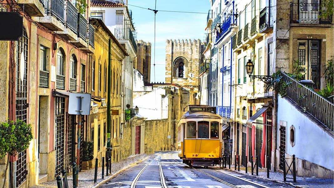 Nyrsfirande i Lissabon vid havet. Spårvagn i centrala staden. På nyårsresa  till Lissabon.
