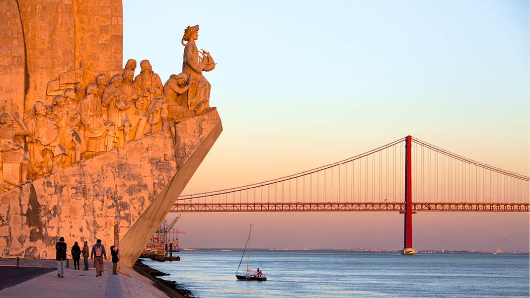 25 april bron och belem monument på en nyårs resa till lissabon