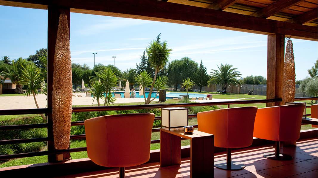 Lounge utomhus med utsikt över poolområdet på det fyrstjärniga hotellet Évora Hotel, Portugal.