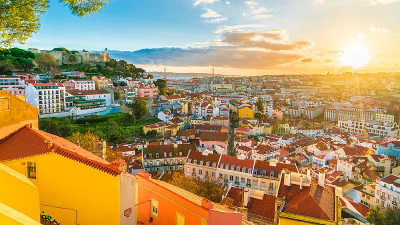 Lissabon stad i solnedgången på en rundresa till Portugal.