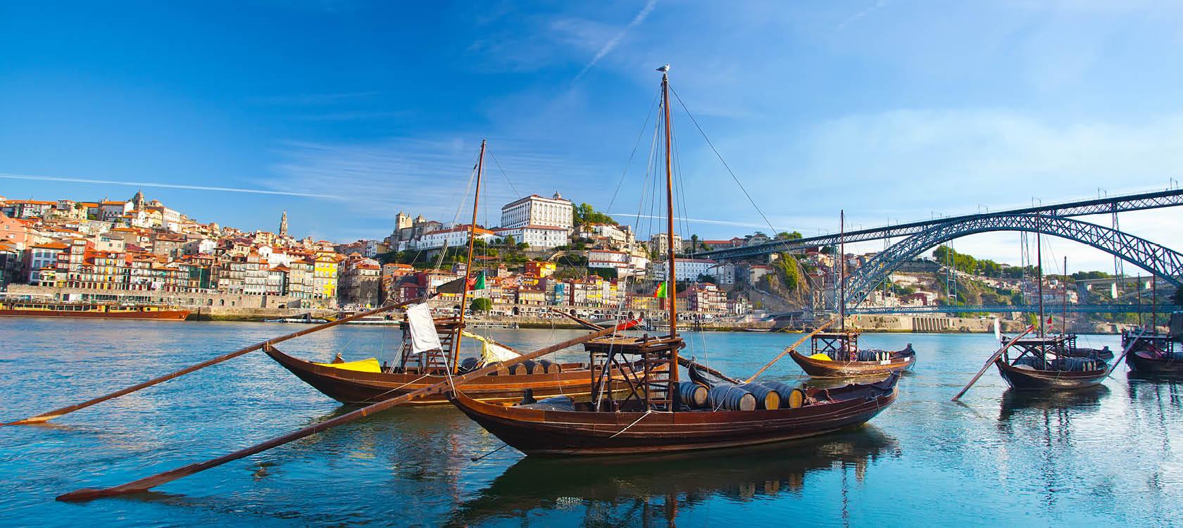 båtar i porto hamn på en solig dag