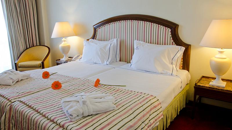 Vackert dubbelrum på hotell Diplomatico i Lissabon.