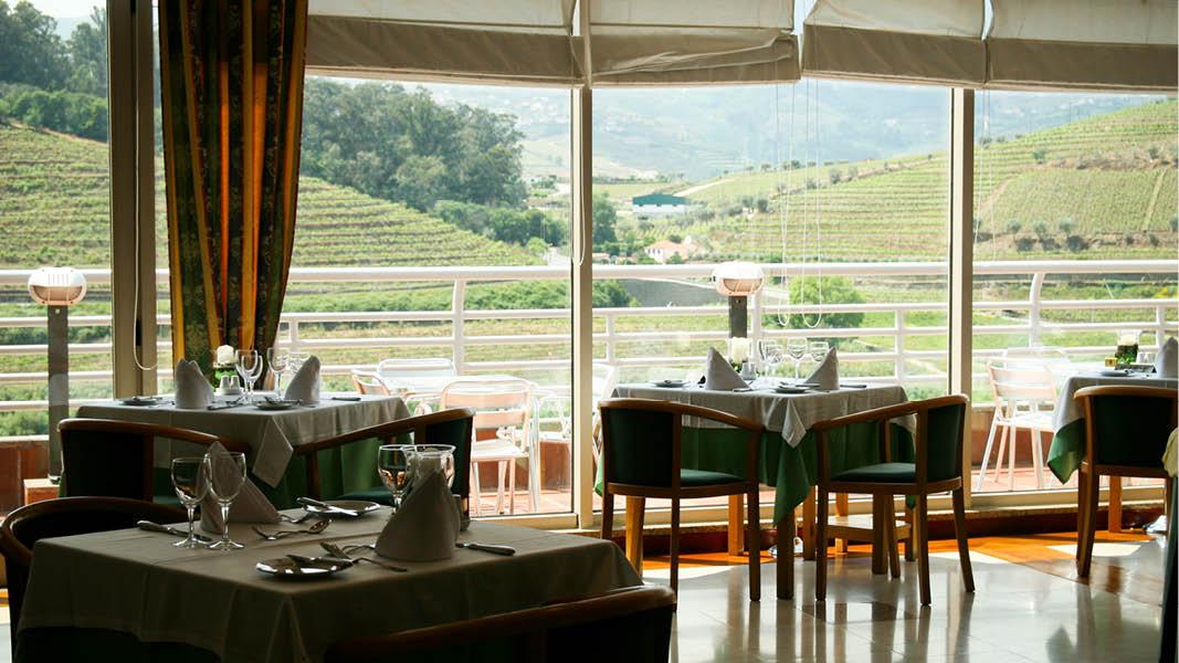 Restaurangen i Hotel Régua Douros serverar ett urval av traditionella portugisiska och internationella rätter.