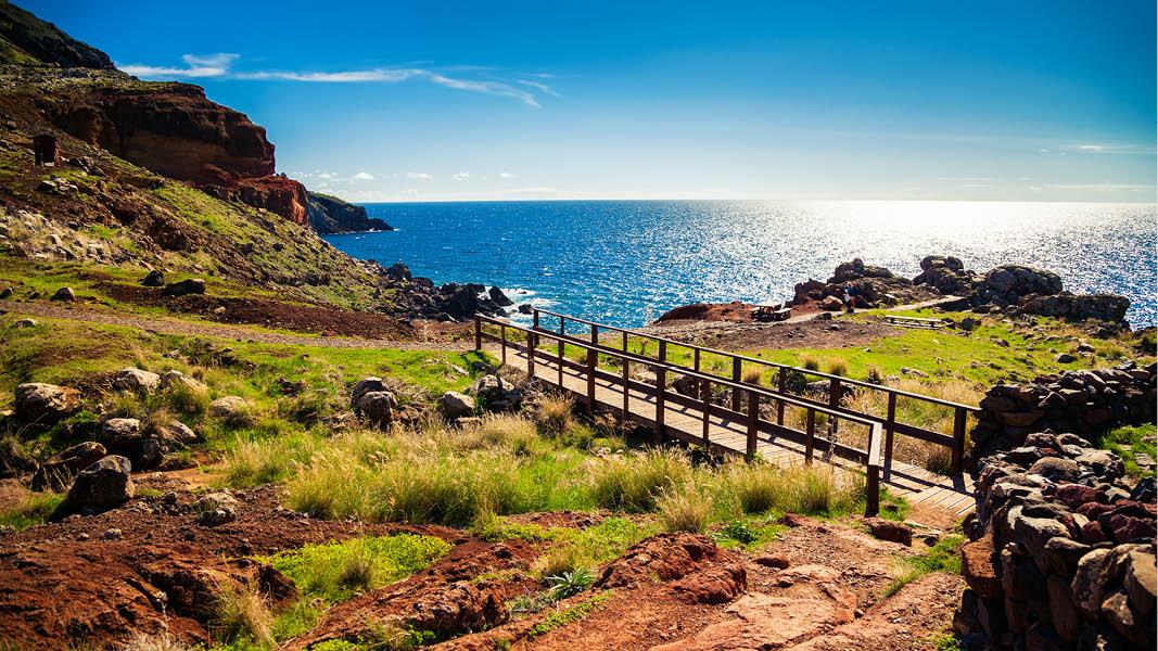 grönskande natur och vackra havsomgivningar på vandringsresa på madeira