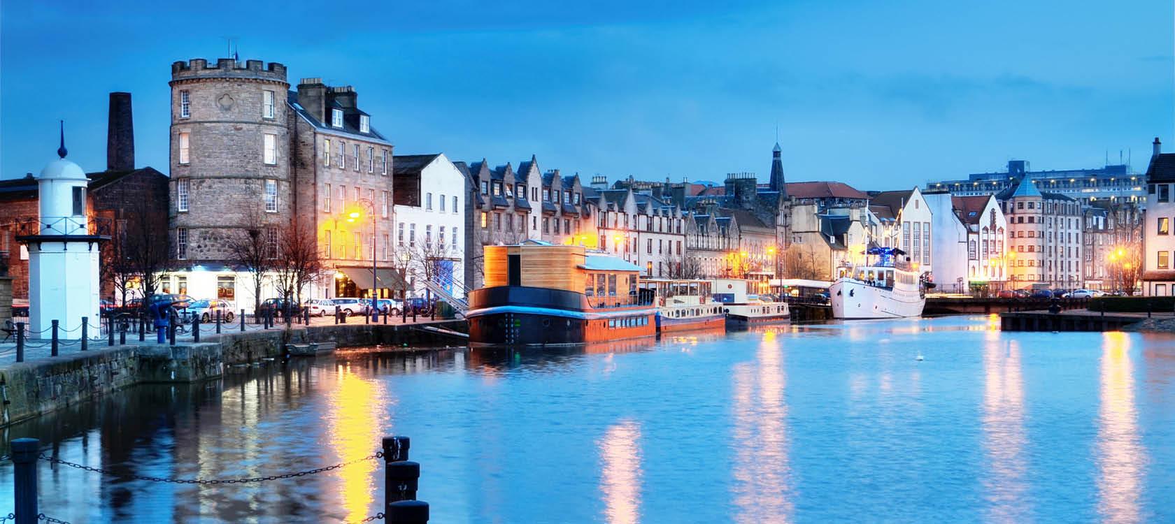 Kvällsbild av hamn i Edinburgh.