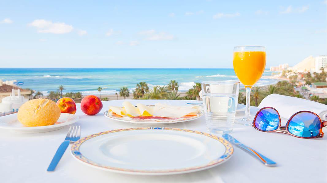frukost med havsutsikt på långtidssemester i andalusien