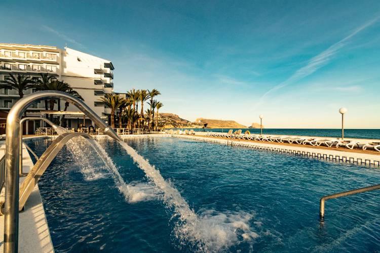 Pool och Medelhavet i bakgrunden på Hotel Cap Negret i Altea, Costa Blanca, Spanien.