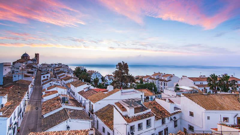 Utsikt över Altea och Medelhavet vid skymning på spanska östkusten.