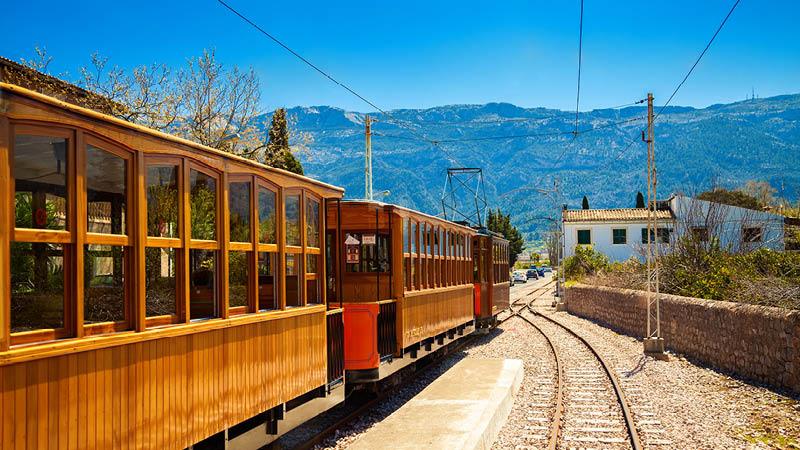 gammaldags spårvagn genom landskapet på mallorca