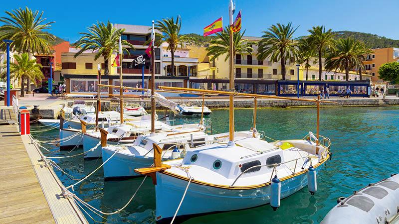 Vy över pittoresk hamn, på resa till Mallorca