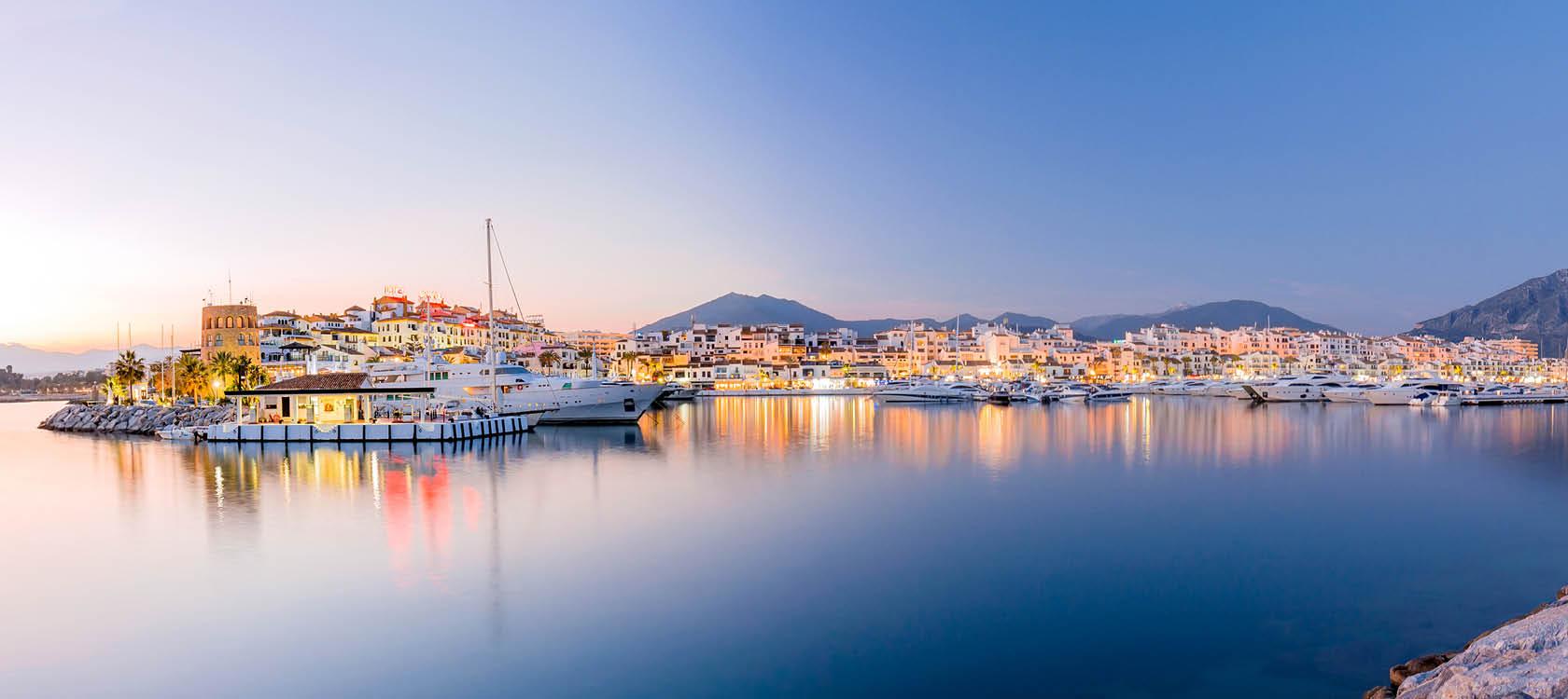 Den glittrande lyxbåtsmarinan i semesterorten Puerto Banus, Marbella.