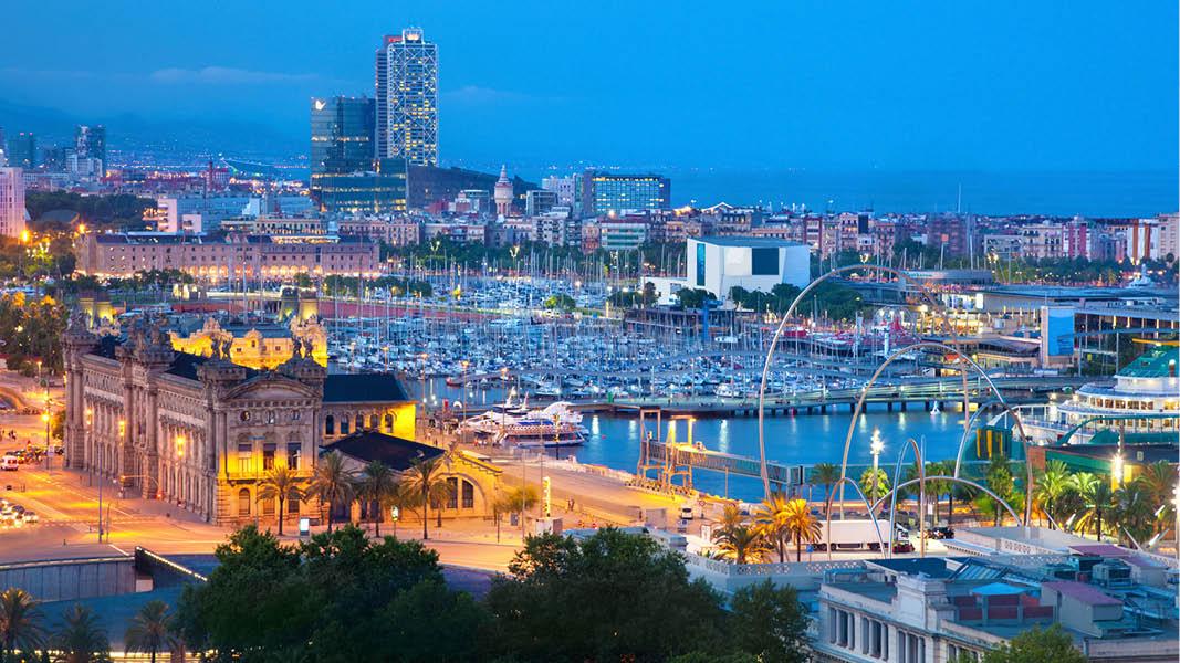 Belyst överblick över Barcelona på kvällen.