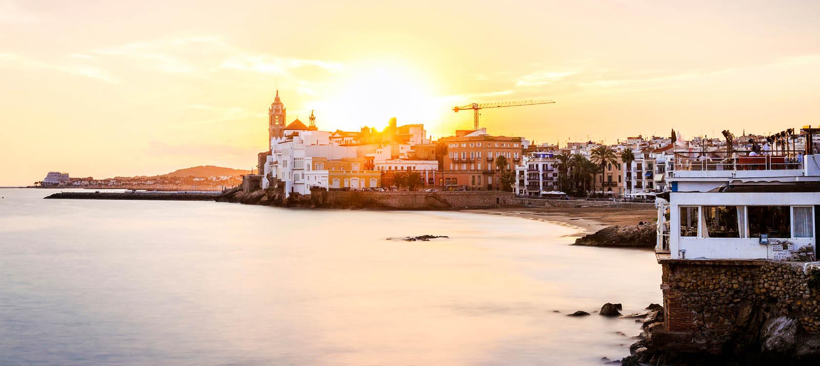 Vackra kuststaden Sitges i solnedgången på en resa till Katalonien.