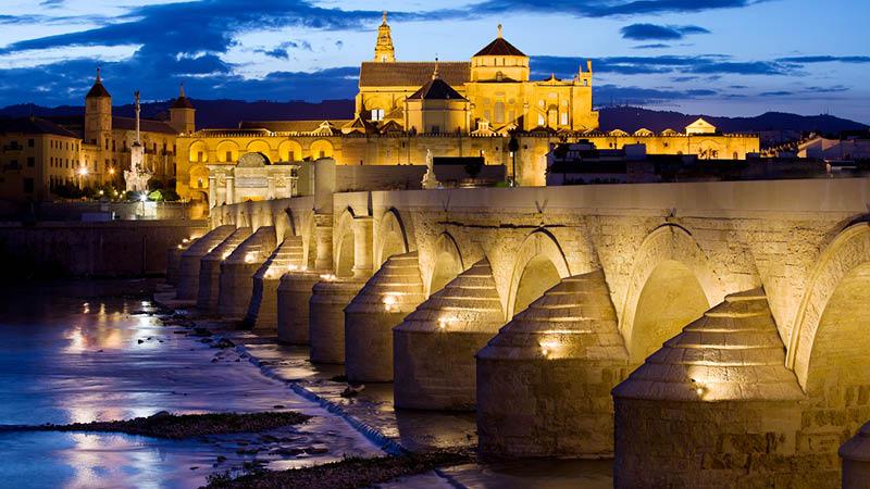 Bro över till La Mezquita-moskén i Córdoba